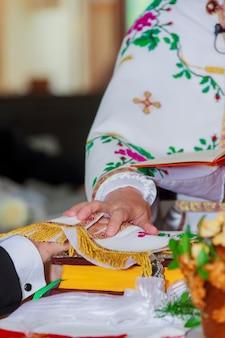 Couronne d'église sur l'autel