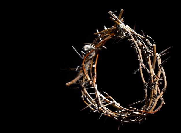 Couronne d'épines dans le noir. le concept de la semaine sainte, de la souffrance et de la crucifixion de jésus.
