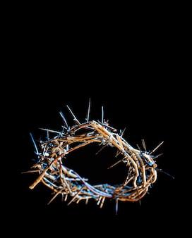 Couronne d'épines avec une teinte bleue de lumière dans l'obscurité. le concept de la semaine sainte, de la souffrance et de la crucifixion de jésus.