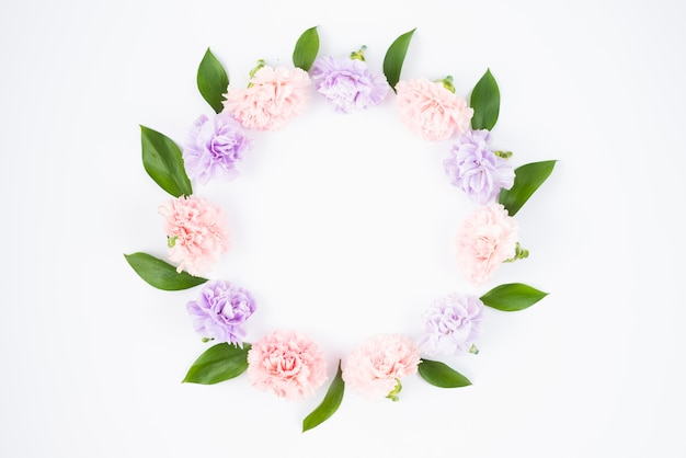 Couronne de fleurs dans des couleurs pastel