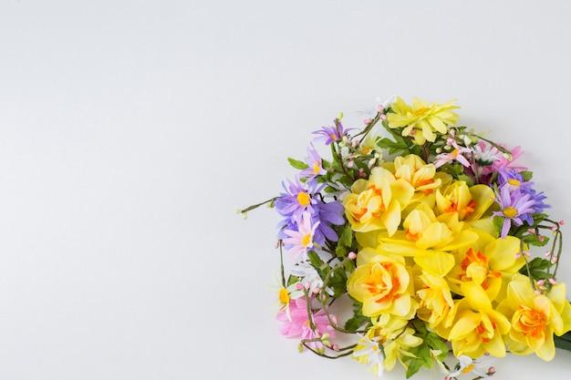 Une couronne de fleurs sauvages et jonquilles
