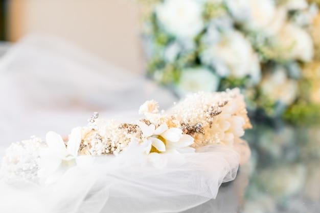 Couronne de fleurs avec voile