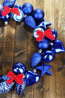Couronne de noël de boules colorées sur table en bois close-up