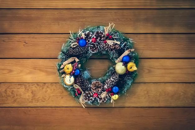 Couronne de noël de cônes, branches d'épinette et baies, décorations du nouvel an. belle couronne d'épinette avec des cônes, des boules et des fruits.