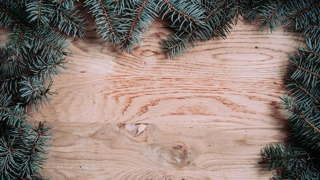 Couronne de noël verte traditionnelle sur fond de bois .photo avec place pour le texte.