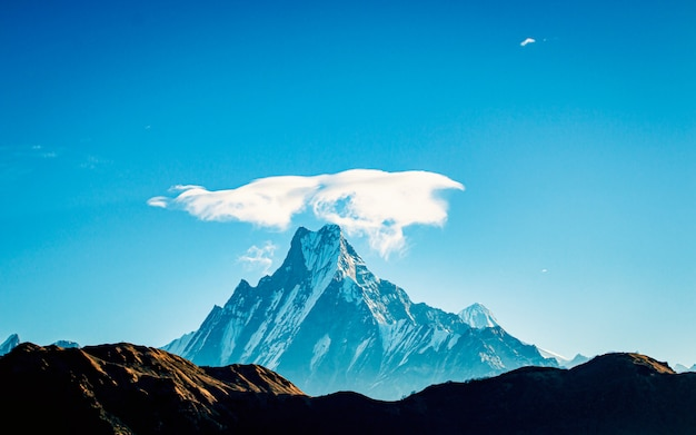 Couronne de nuages sur le mont fishtail, pokhara, népal.
