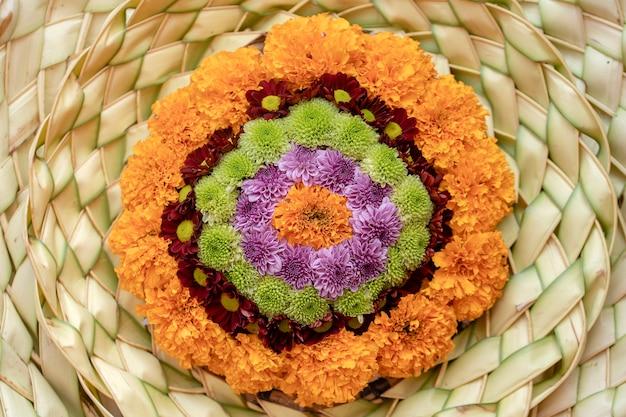 Une couronne de paille et de fleurs pour les cérémonies religieuses à ubud, île de bali, indonésie , gros plan