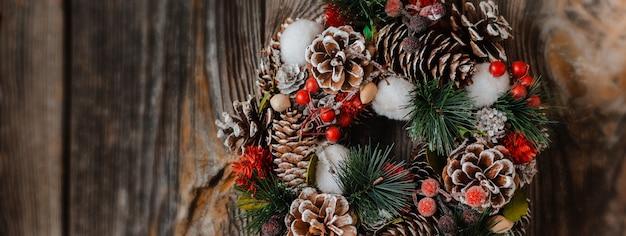 Couronne de sapins du nouvel an et décorations de noël