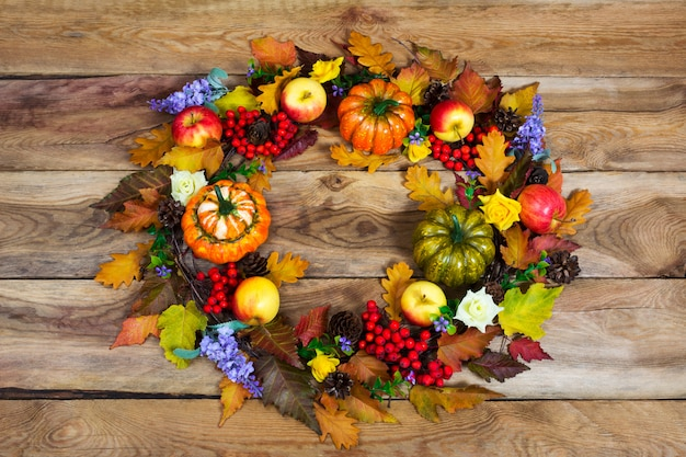 Couronne de thanksgiving avec des feuilles d'automne colorées, fleurs lilas, vue de dessus