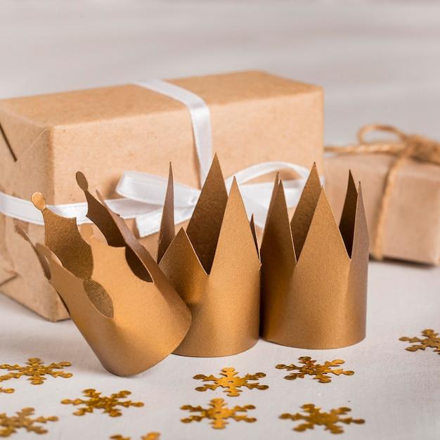 Couronnes et cadeaux dorés