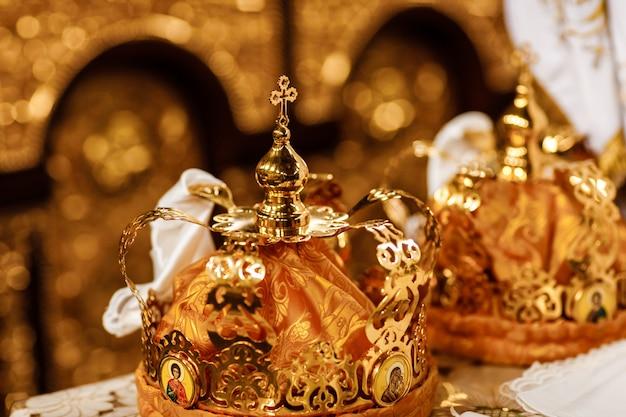 Couronnes de mariage. couronne de mariage à l'église prête pour la cérémonie de mariage