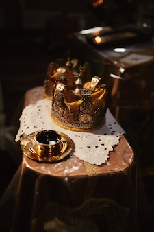 Couronnes de mariage. couronne de mariage à l'église prête pour la cérémonie de mariage.