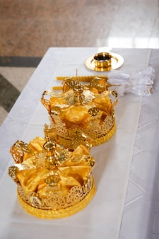 Couronnes de mariage à l'église prêtes à la cérémonie de mariage