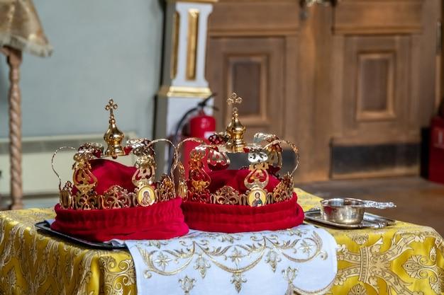 Couronnes de mariage traditionnelles dans une église. couronne de mariage à l'église prête pour la cérémonie de mariage