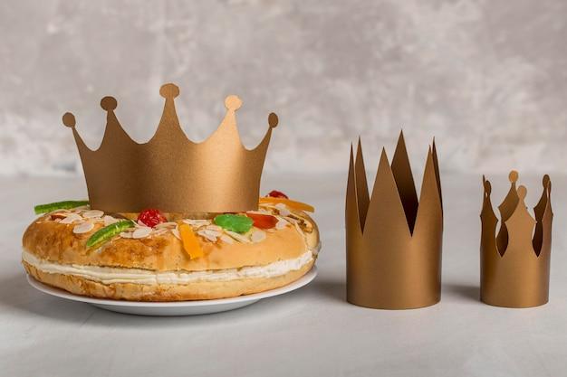 Couronnes d'or et dessert heureux épiphanie