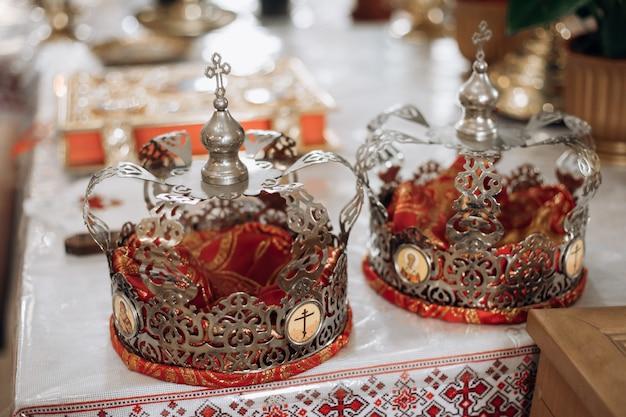 Des couronnes sont allongées sur la table à l'église