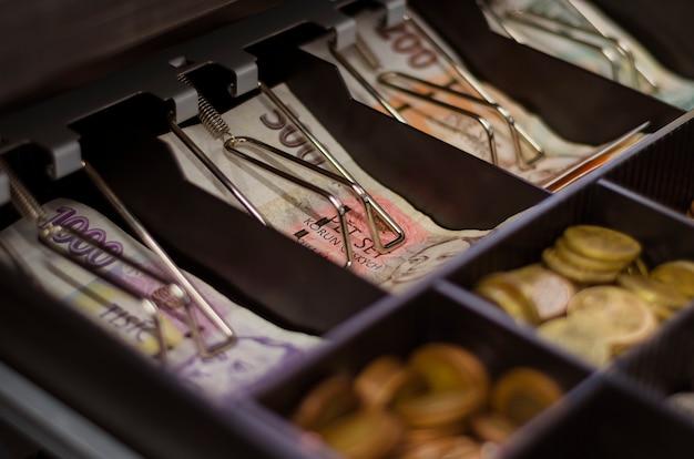 Couronnes tchèques de différentes confessions dans un tiroir-caisse1