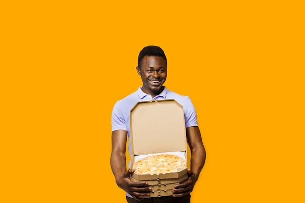 Courrier barbu africain drôle avec 4 boîtes à pizza