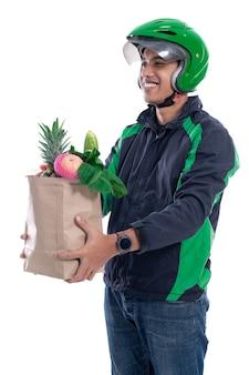 Courrier de chauffeur en ligne transportant des produits d'épicerie
