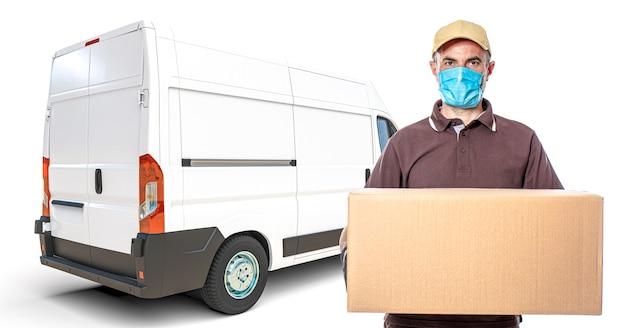 Courrier express avec colis en main et masque de protection