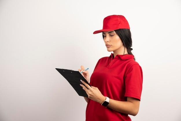 Courrier féminin écrit sur le presse-papiers sur fond blanc. photo de haute qualité