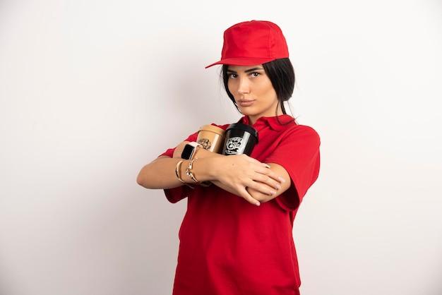 Courrier de femme tenant fermement deux tasses de café. photo de haute qualité