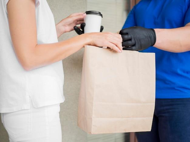 Courrier de gros plan livrant un sac