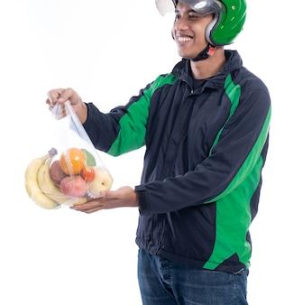 Courrier homme avec épicerie sur un sac en plastique