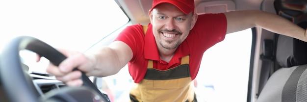 Courrier homme tenant la roue de la voiture avec des boîtes