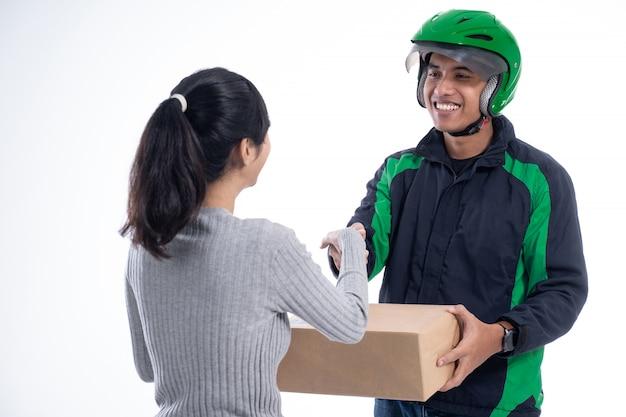 Courrier de livraison avec casque et colis d'envoi uniforme