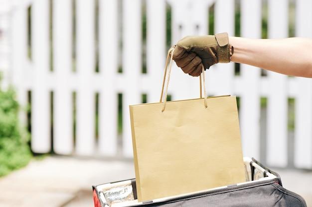 Courrier livrant des produits d'épicerie frais