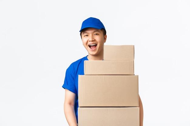 Courrier mâle asiatique en uniforme bleu