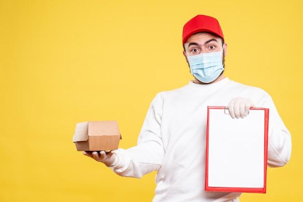 Courrier mâle en masque tenant une note de fichier et un petit paquet de nourriture sur jaune