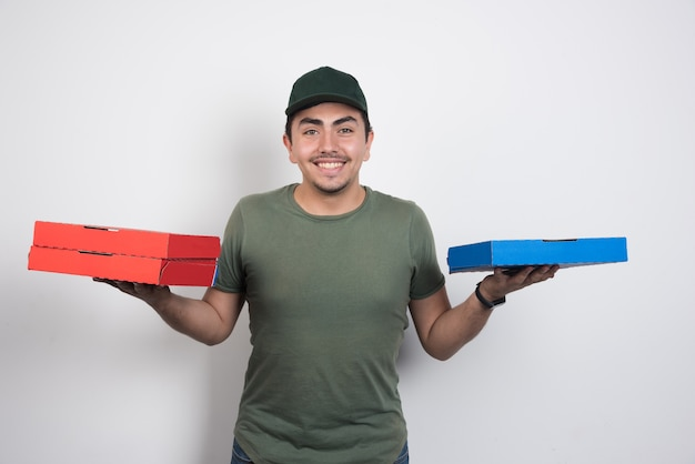 Courrier positif transportant des boîtes à pizza sur fond blanc.