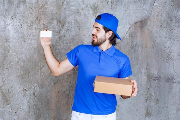 Courrier en uniforme bleu tenant une boîte à emporter et présentant sa carte de visite