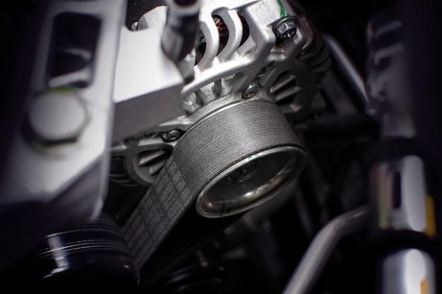Courroie de distribution de l'alternateur dans la voiture à moteur.