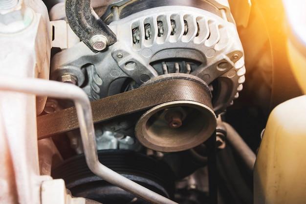 Courroie de distribution de l'alternateur de voiture dans le moteur à essence, composant du système de charge électrique du moteur de voiture