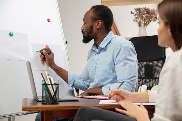 Cours d'anglais à domicile. fermez les mains de l'enseignant et de l'élève pendant la leçon à l'intérieur
