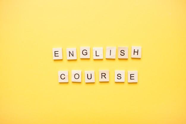 Cours d'anglais d'expression faite de blocs de bois sur fond jaune clair