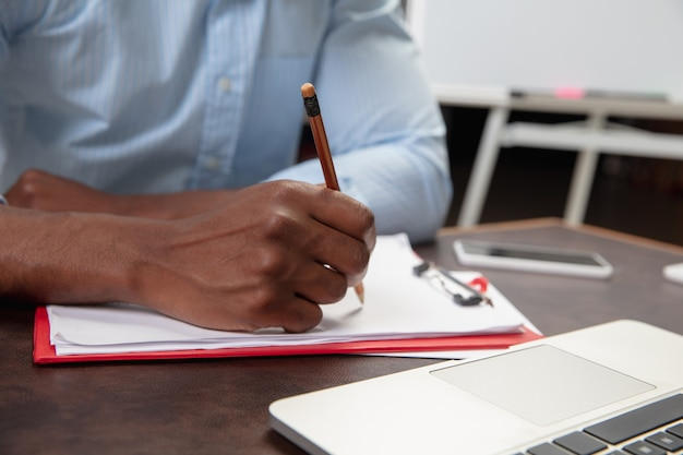 Cours d'anglais en ligne à la maison près des mains de l'homme pendant l'enseignement à distance des étudiants à l'intérieur