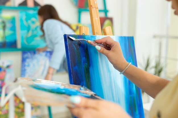 Cours d'art et concept de dessin - femme artiste travaillant sur la peinture en gros plan de studio