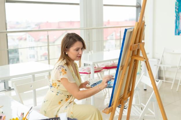 Cours d'art et concept de dessin - femme artiste travaillant sur la peinture en studio.