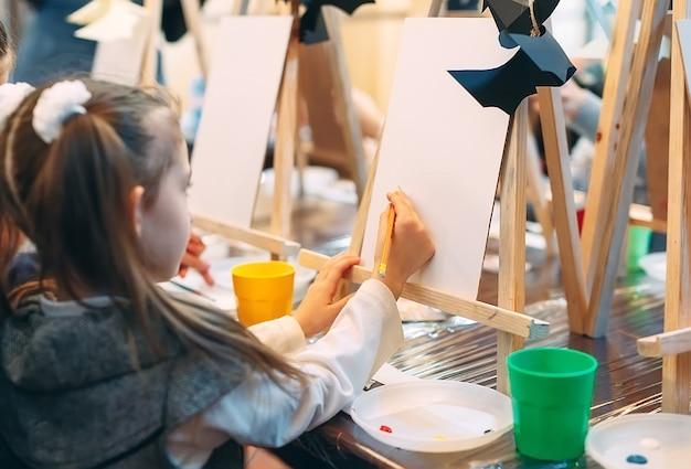 Cours collectif de dessin. les enfants apprennent à dessiner en classe.