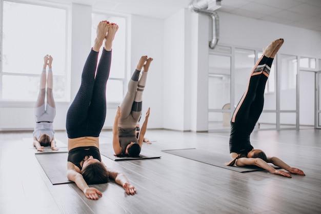 Cours collectifs de yoga à l'intérieur du gymnase