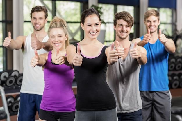 Cours de conditionnement physique montrant pouces dans la salle de sport