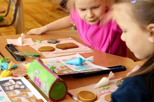 Cours de créativité à l'école primaire