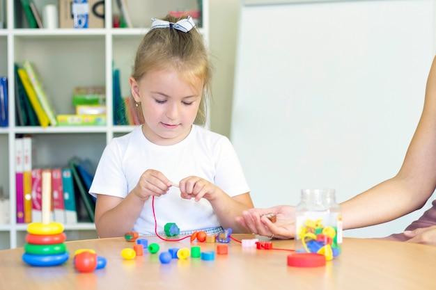 Cours de développement et d'orthophonie avec une enfant fille