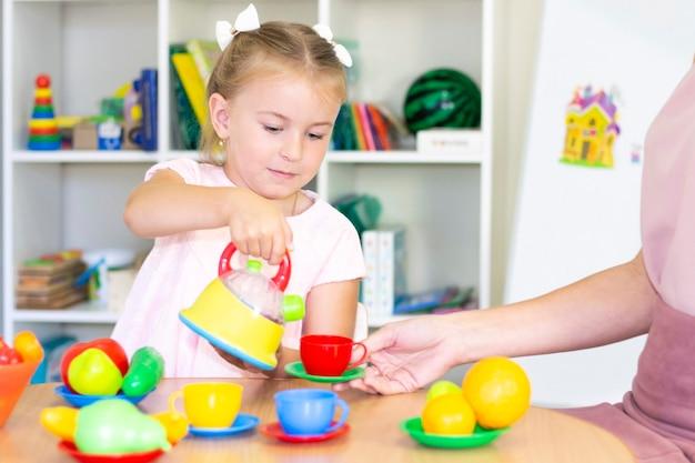 Cours de développement et d'orthophonie avec une enfant