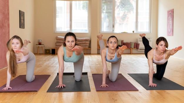 Cours d'enseignement de professeur de yoga féminin