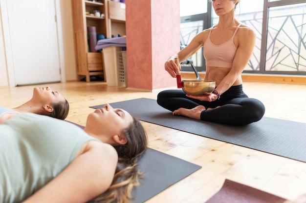 Cours D'enseignement De Professeur De Yoga Féminin Photo gratuit